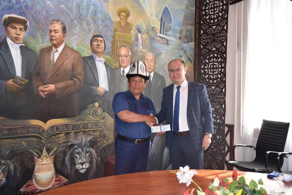 Марат Джаманкулов Улуттук залдын жасалгасынын авторуна ведомстволук сыйлык тапшырды