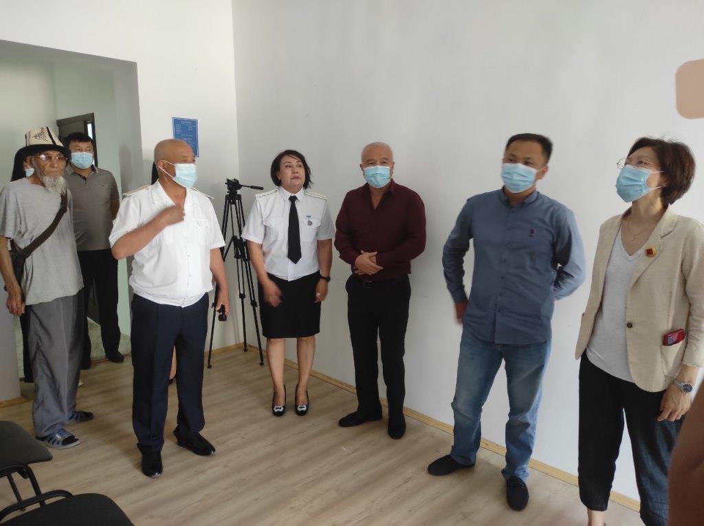 Кыргыз Республикасынын Юстиция министри Асел Чынбаева Майлуу-Суу мамлекеттик нотариалдык конторасына барды